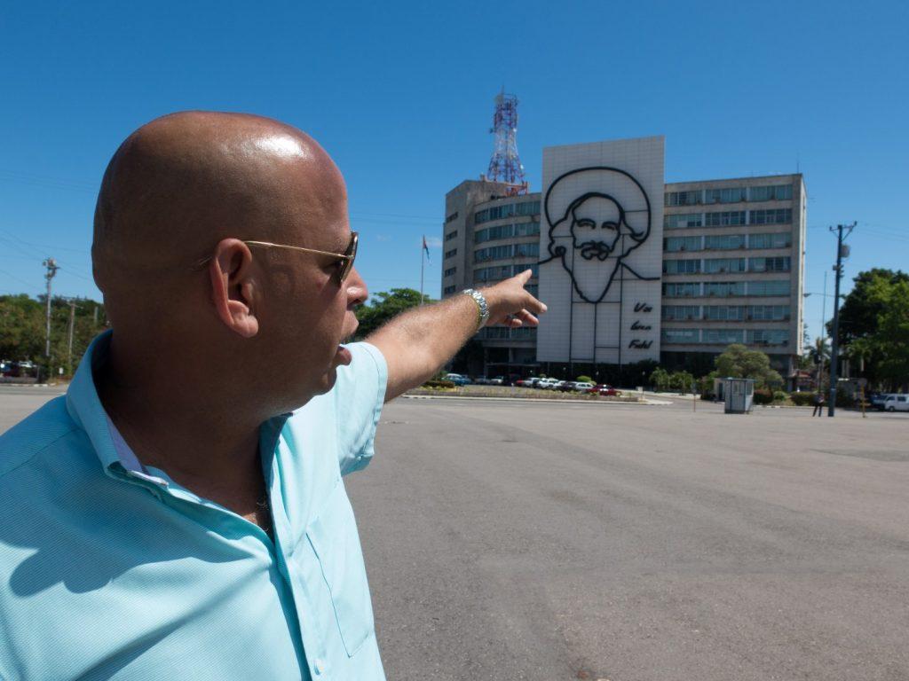 Miguel_pointing_Camilo_Cienfuegos