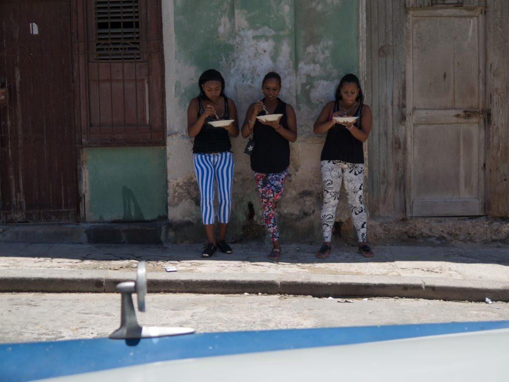 Cuban_girls_having_lunch
